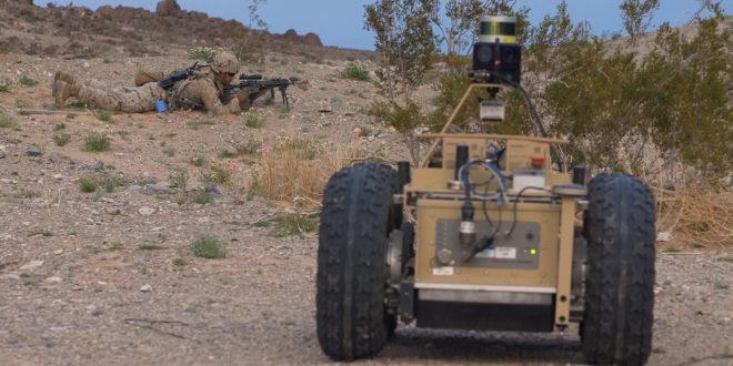 robot aide un soldat avec projet Squad X