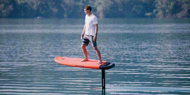 surfeur sur une planche de surf électrique volante Takuma e-foil