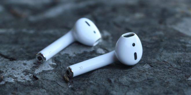 Une paire d'écouteurs sans fil airpods