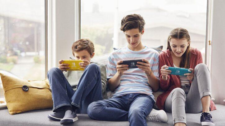 des enfants jouant avec la nintendo switch lite