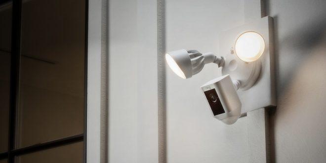 caméras ring avec lumière en extérieur
