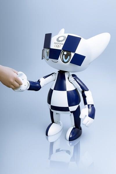robot mascotte Toyota pour les JO 2020 serrant la main de quelqu'un