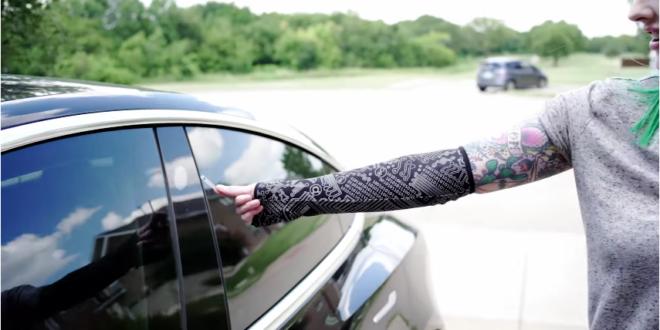 La puce RFID ouvrant la Tesla Model 3 d'Amie DD