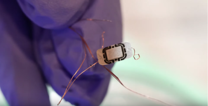 La puce RFID servant de clé pour la Tesla Model 3 d'Amie DD