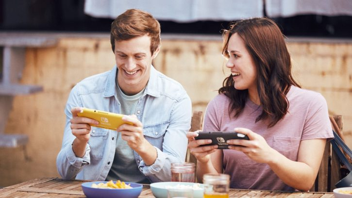Personnes jouant avec la console portable Nintendo Switch