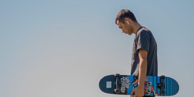 skater avec airpods dans les oreilles