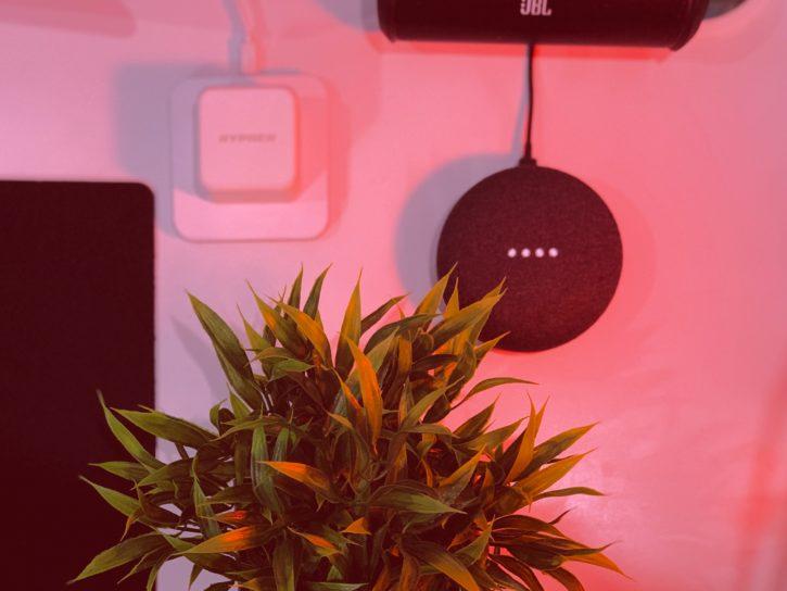 Google Home Mini accroché à un mur dans un salon