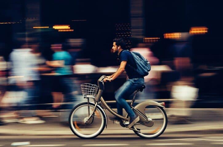homme roulant à vélo électrique à Paris