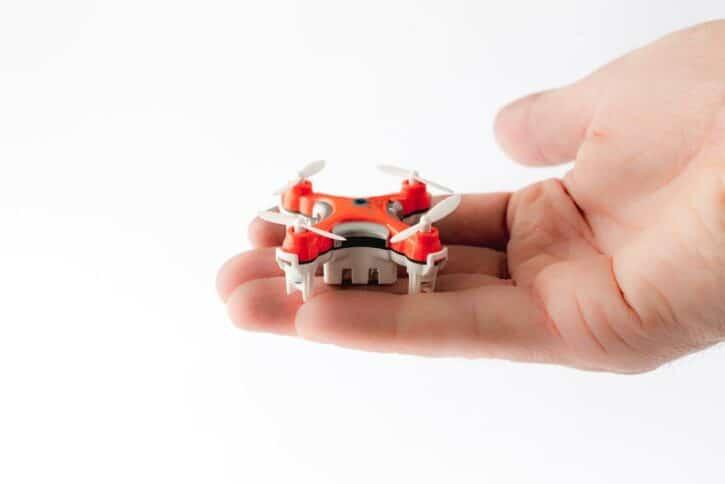 mini drone dans une main