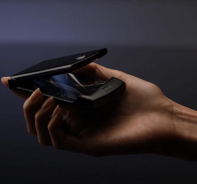 Motorola Razr 2019, smartphone pliable semi-replié