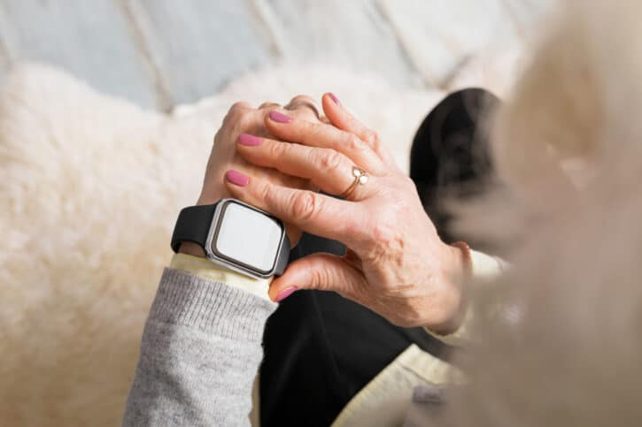 montre connectée au poignet d'un senior