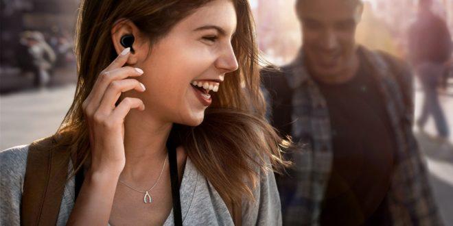 jeune femme portant des écouteurs samsung galaxy buds
