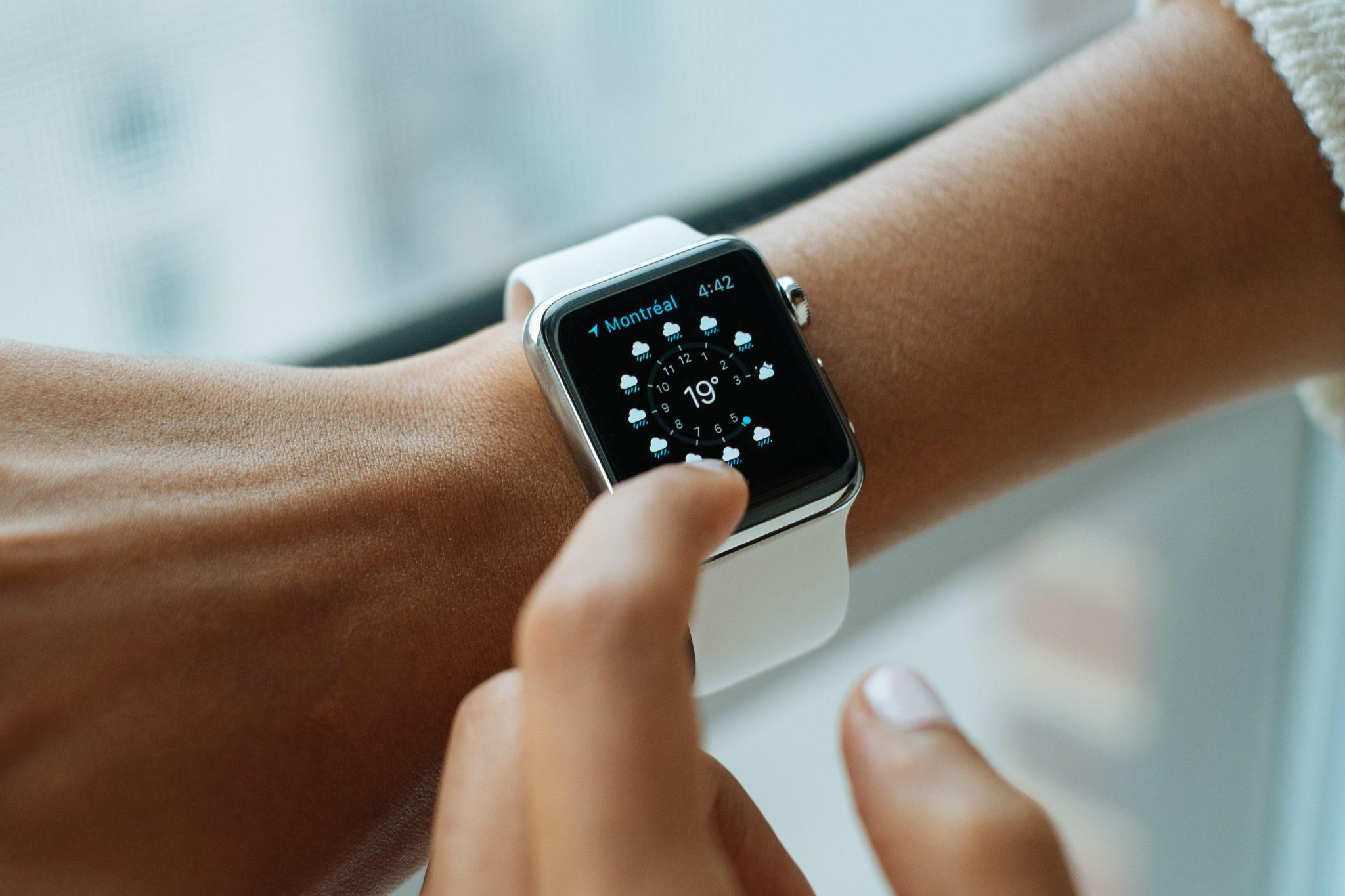 une montre connectée au poignet d'une femme