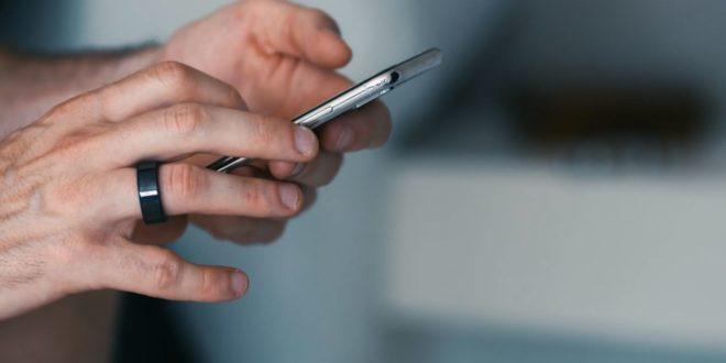 bague connectée circular au doigt d'une personne