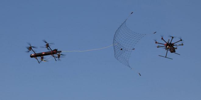 drones de fortem technologies et du Pentagone en train de balancer des filets sur un appareil ennemi