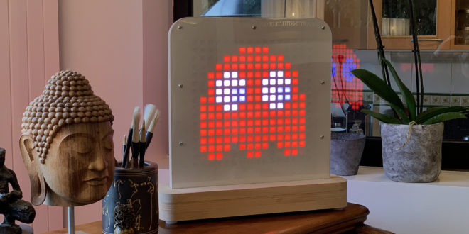 luminaire connecté posti light avec fantôme pac man affiché