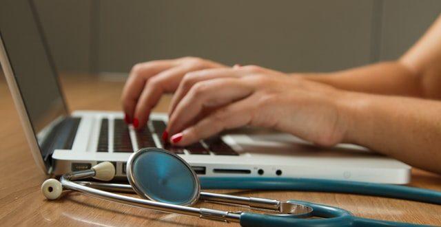 Un nouvel accessoire médical fait de papier et d'un crayon apparaît