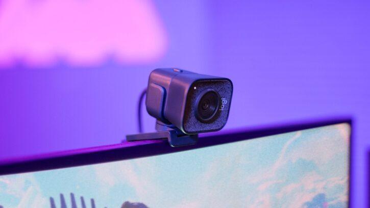 attache logitech streamcam sur écran ordinateur